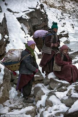 Đi bộ hơn 9 ngày dưới cái lạnh -35 độ C để sinh con ảnh 2