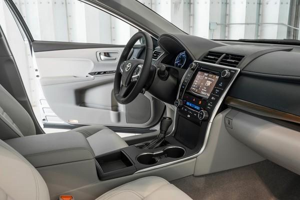 """Toyota Camry 2015: Trẻ trung và """"ngầu"""" hơn ảnh 2"""
