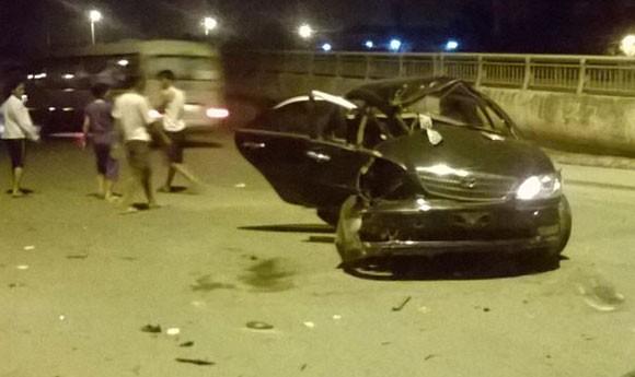 Gặp nạn, Toyota Camry gãy gập ở chân cầu Vĩnh Tuy ảnh 2