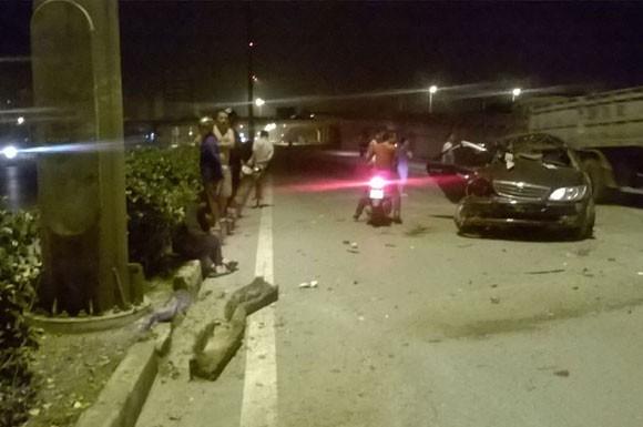 Gặp nạn, Toyota Camry gãy gập ở chân cầu Vĩnh Tuy ảnh 3