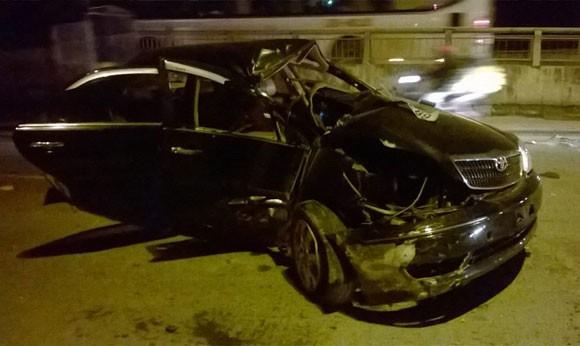 Gặp nạn, Toyota Camry gãy gập ở chân cầu Vĩnh Tuy ảnh 1