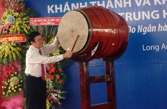 Chủ tịch nước Trương Tấn Sang dự lễ khai giảng tại Trường THPT Hậu Nghĩa ảnh 1