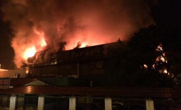 Hà Nội: Luxury Club cháy ngút trời giữa đêm khuya ảnh 1