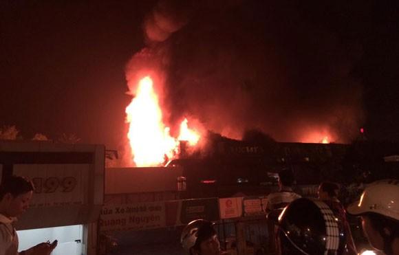 Hà Nội: Luxury Club cháy ngút trời giữa đêm khuya ảnh 2