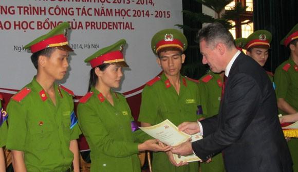 Prudential Việt Nam trao học bổng cho sinh viên Học viện CSND ảnh 1
