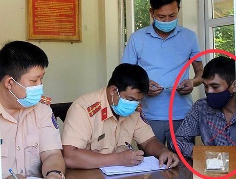 Cảnh sát giao thông bắt giữ đối tượng tàng trữ trái phép chất ma túy ảnh 1