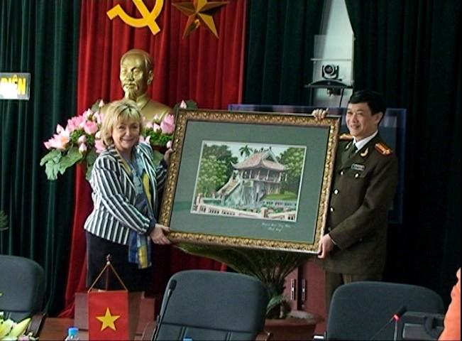 Đoàn đại biểu cấp cao Vương quốc Thụy Điển thăm CAQ Long Biên. ảnh 1