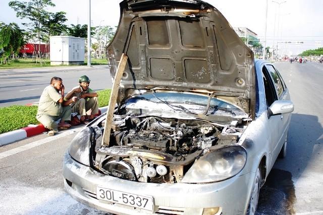 1 ngày 2 ô tô bốc cháy ở TP.HCM ảnh 1