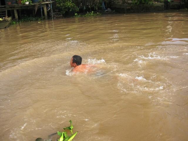 """Tắm sông, 2 bé trai bị cá cắn rách """"của quý"""" ảnh 1"""