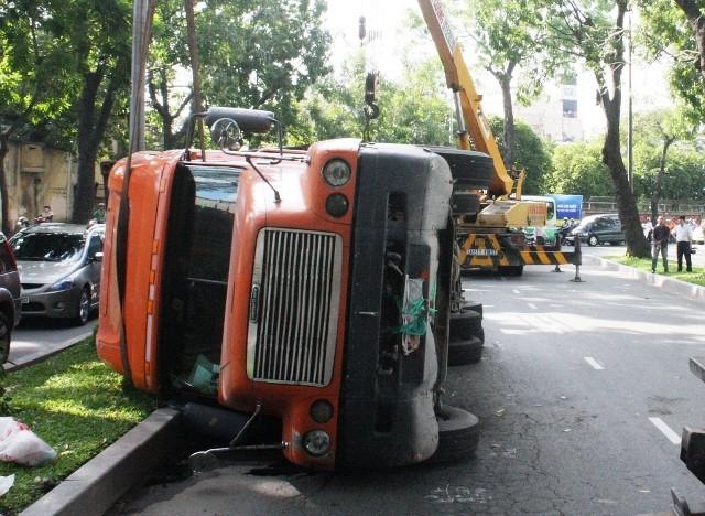 Xe container lật chỏng vó giữa trung tâm thành phố ảnh 1