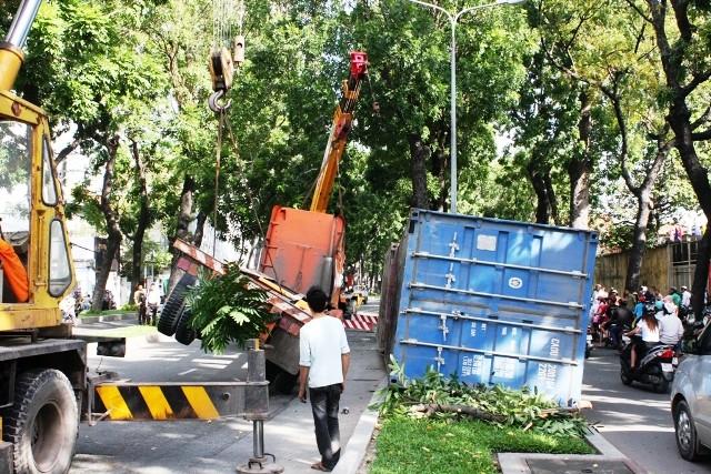 Xe container lật chỏng vó giữa trung tâm thành phố ảnh 3