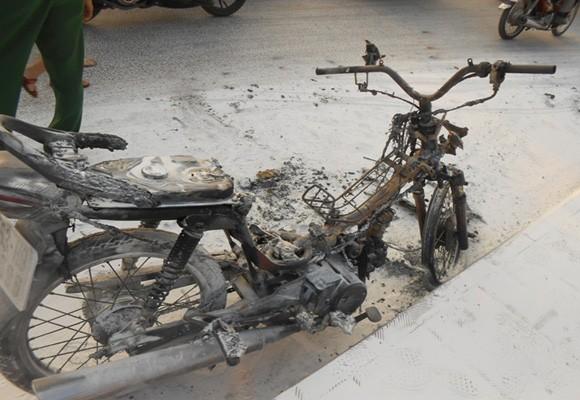 Xe máy cháy trơ khung trên cầu Bình Triệu 2 ảnh 1