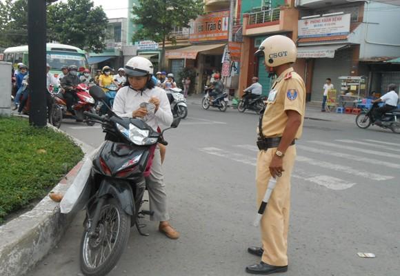 Xem CSGT xử phạt và tuyên truyền đội MBH cho trẻ em khi giao thông ảnh 1