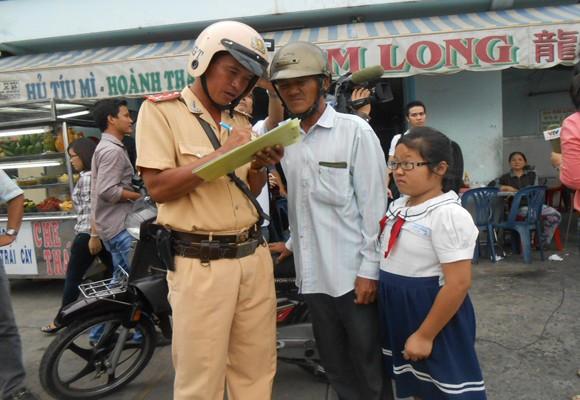 Xem CSGT xử phạt và tuyên truyền đội MBH cho trẻ em khi giao thông ảnh 2