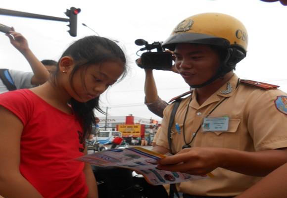Xem CSGT xử phạt và tuyên truyền đội MBH cho trẻ em khi giao thông ảnh 5