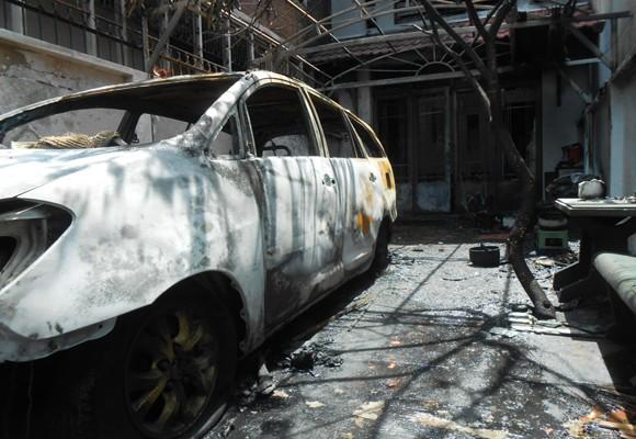 Hỏa hoạn thiêu rụi ô tô, 3 người nhập viện ảnh 2