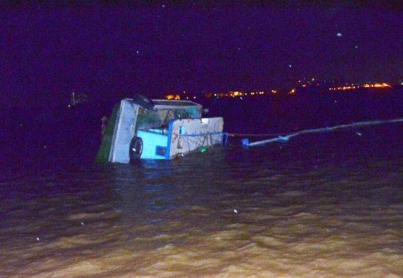 Chìm sà lan ở Cần Giờ, 4 người thoát chết ảnh 1