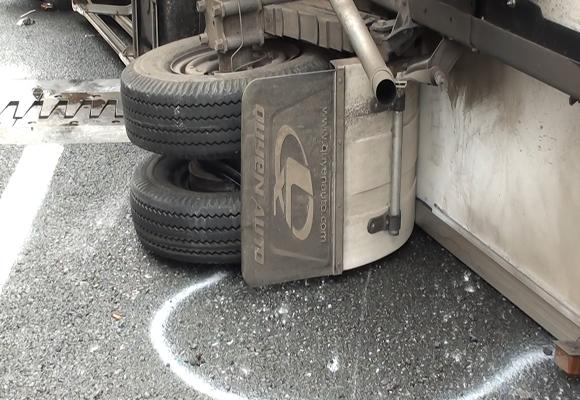 Xe tải nổ lốp, lật nhào trên đường cao tốc ảnh 2
