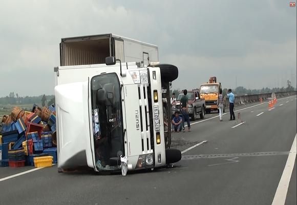 Xe tải nổ lốp, lật nhào trên đường cao tốc ảnh 1
