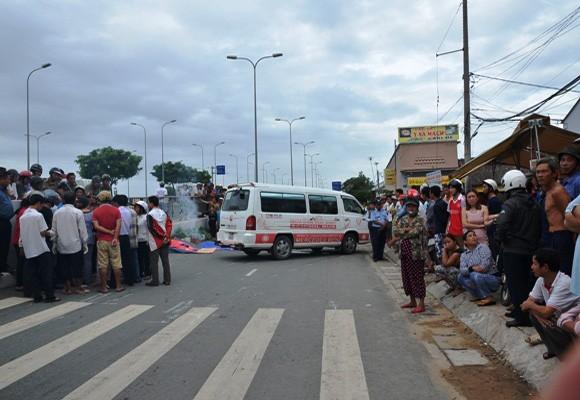 Hai vợ chồng bị xe đưa đón học sinh cán chết trên đường ảnh 1