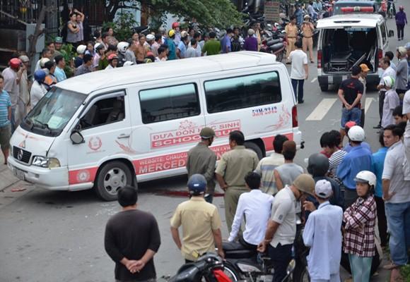 Hai vợ chồng bị xe đưa đón học sinh cán chết trên đường ảnh 2