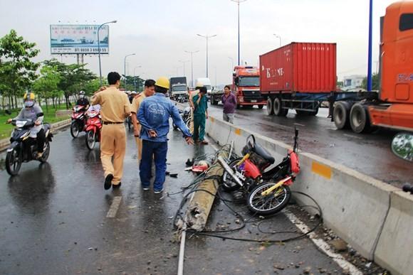 Xe tải kéo ngã cột điện, hai người đi đường nhập viện cấp cứu ảnh 3
