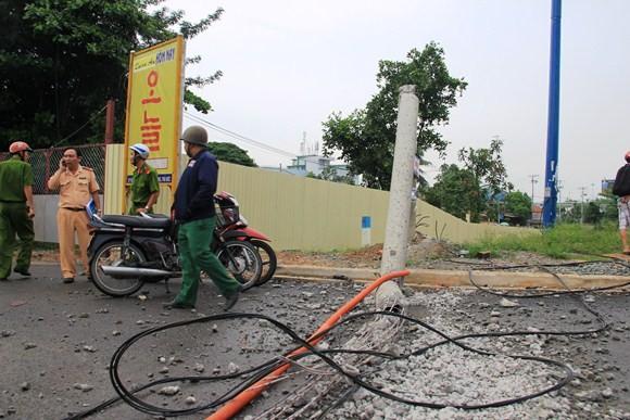 Xe tải kéo ngã cột điện, hai người đi đường nhập viện cấp cứu ảnh 4