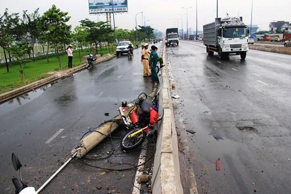 Xe tải kéo ngã cột điện, hai người đi đường nhập viện cấp cứu ảnh 1