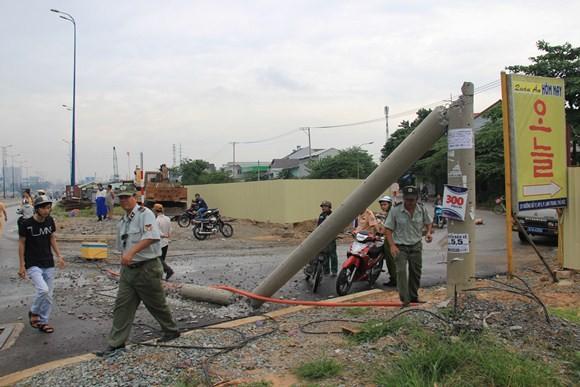 Xe tải kéo ngã cột điện, hai người đi đường nhập viện cấp cứu ảnh 2