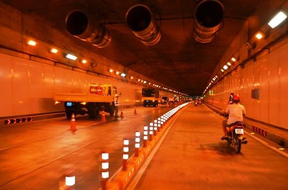 Xe tải lật chỏng vó trong hầm Thủ Thiêm ảnh 2