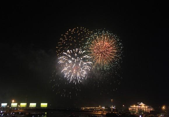TP.HCM: Màn pháo hoa chào đón năm mới 2014 đẹp lung linh ảnh 12