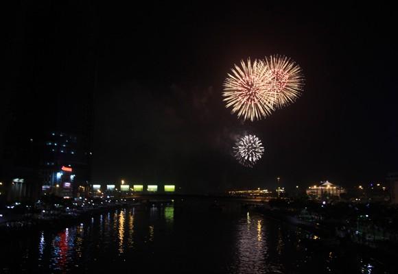 TP.HCM: Màn pháo hoa chào đón năm mới 2014 đẹp lung linh ảnh 13