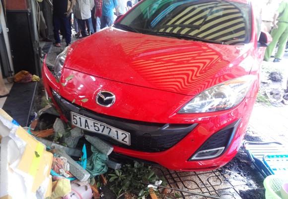 Mất lái, xe ô tô tông hàng loạt nhà dân ảnh 1