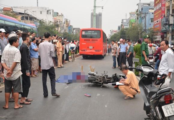 Nữ sinh viên bị xe khách cán chết giữa phố đông người ảnh 1