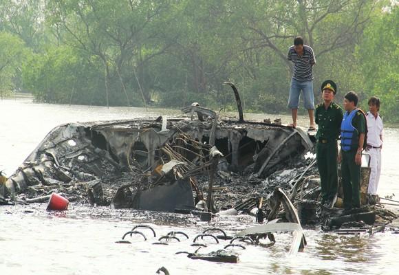 Tàu cánh ngầm bốc cháy dữ dội, 90 người thoát chết ảnh 1