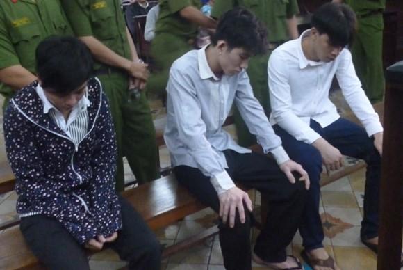 Hung thủ giết nhầm người vì bênh bạn gái ngất xỉu khi bị tuyên án tử