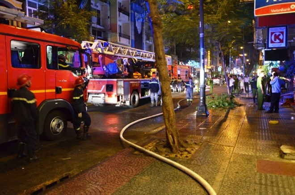 Cháy nhà 4 tầng tại trung tâm TP.HCM, du khách nước ngoài tháo chạy ảnh 1