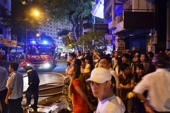 Cháy nhà 4 tầng tại trung tâm TP.HCM, du khách nước ngoài tháo chạy ảnh 3