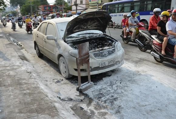 Đang bon bon trên đường, xe ô tô phát cháy ảnh 1