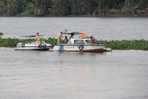 Bé trai 3 tuổi chìm cùng tàu chở vật liệu, mất tích trong đêm ảnh 1