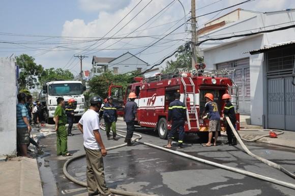 Hai căn nhà bị cháy rụi vì xe bồn cháy nổ ảnh 1