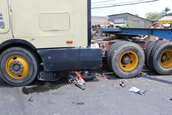 Nam thanh niên bị xe container cán nát 2 chân ảnh 1