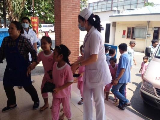 Hơn 50 học sinh tiểu học nhập viện sau bữa ăn trưa ảnh 1