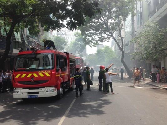 Nhà giữa trung tâm phát cháy, nhiều khách sạn, cao ốc bị đe dọa ảnh 1