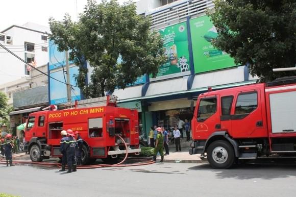 Cháy kho hàng siêu thị giữa trung tâm TP.HCM ảnh 1