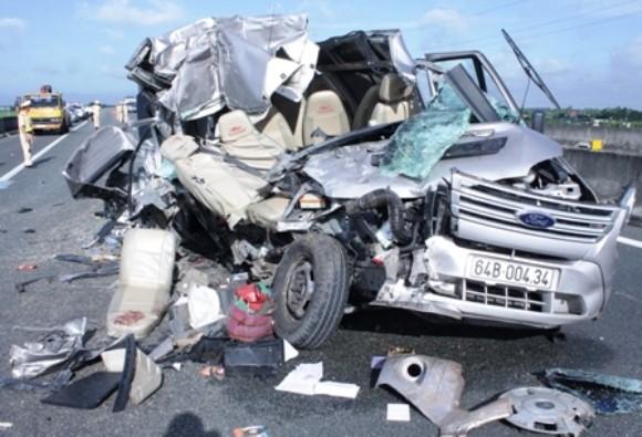 Xe khách húc đuôi xe tải trên cao tốc Trung Lương, 10 người thương vong ảnh 2