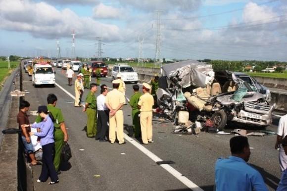 Xe khách húc đuôi xe tải trên cao tốc Trung Lương, 10 người thương vong ảnh 3