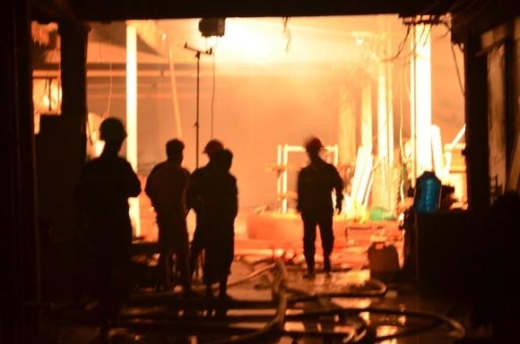 Lính cứu hỏa trắng đêm chữa cháy xưởng gỗ rộng 1.000 m2 ảnh 1