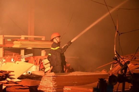 Lính cứu hỏa trắng đêm chữa cháy xưởng gỗ rộng 1.000 m2 ảnh 2