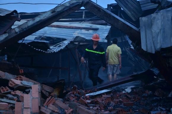 Lính cứu hỏa trắng đêm chữa cháy xưởng gỗ rộng 1.000 m2 ảnh 3